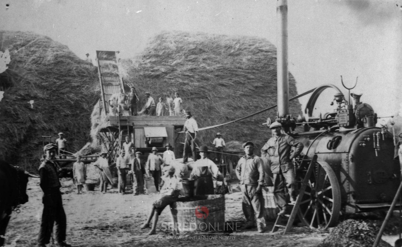 foto z archívu múzea (Mlátenie obilia, Veľké Úľany, okolo 1920-1930).