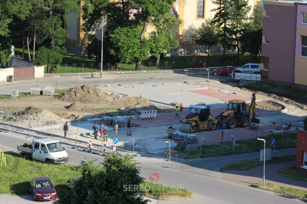 Kostolná ulica - vzniká tu parkovisko, osadené budú kryté cyklostojany