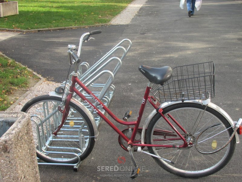Príklad nevhodného a nebezpečného uzamknutia bicykla